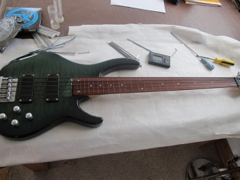 Fretless conversion on this nice Peavey International Series bass. Careful removal of the frets, veneer inlays in the slots, careful sanding down and a final oiling of the fretboard and a set up. Nylon coated strings for reduced fretboard wear too