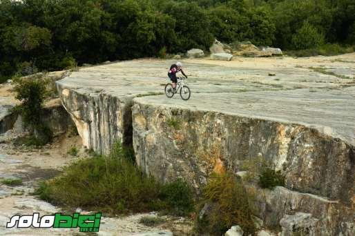 La espectacular cantera de Puigverd minimiza la figura del ciclista.