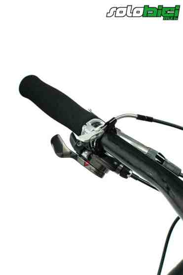 Ligeros puños de espuma, perfectos pulsadores Tigger SRAM XX y mando de bloqueo remoto a cada lado del manillar para bloquear completamente las suspensiones.