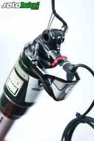Aunque el amortiguador trabaja en modo automático, nadie nos librará de regular la precarga de aire, rebote y sag según nuestro peso.