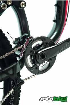 Pedalier SRAM S2200 con bielas de carbono de 175 mm de longitud y platos 36x22 con protector de carbono. Tensor de cadena The Dangler, eficaz y que pasa muy desapercibido.