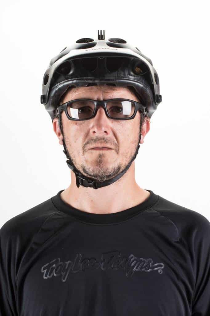 Colocación correcta del casco en sus correas y su posición en la frente