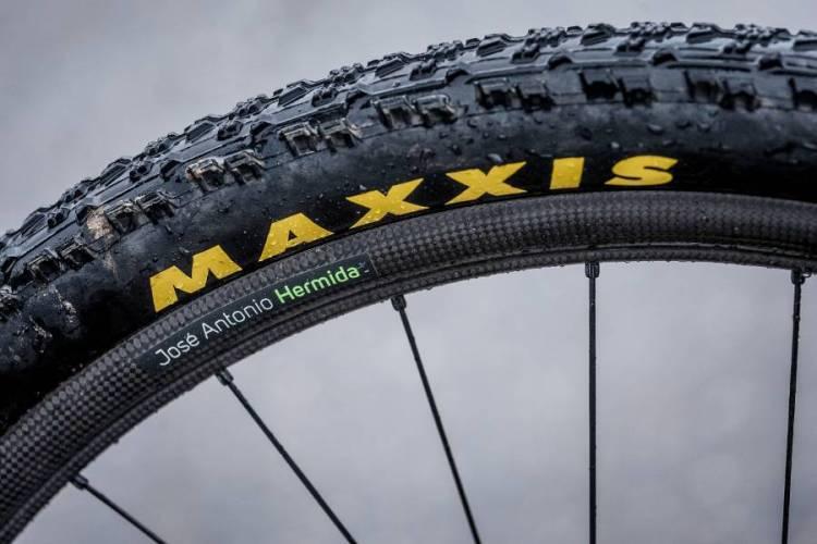 La configuración de neumáticos para Vallnord fue Maxxis Aspen 2,1'' con cámara delante y tubelizada detrás.