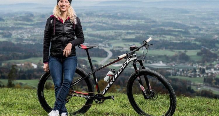 Jolanda Neff con su nueva bici