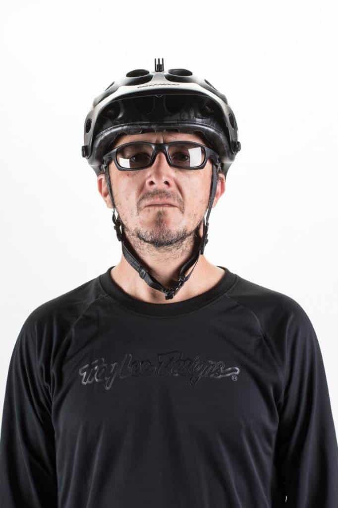 Correas inferiores sin tensión, no ejercen fuerza ni sujetan el casco en caso de impacto.