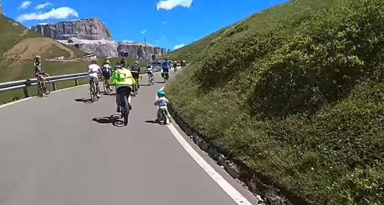 niño asciende los Dolomitas