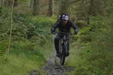 Danny MacAskill disfrutando del mal tiempo