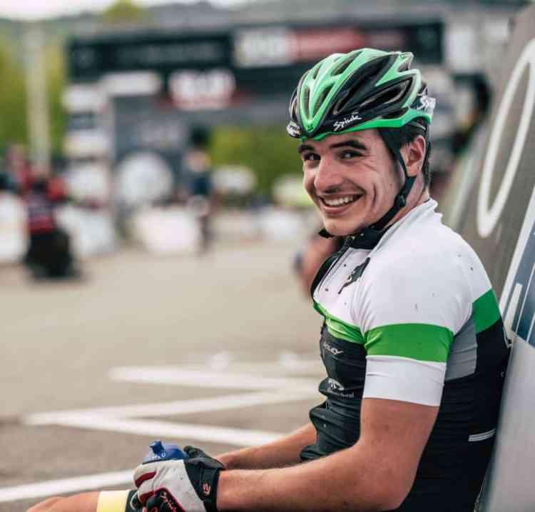 Carlos Canal sonríe