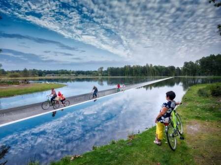 Cycling-through-Water-Carril-Bici_1