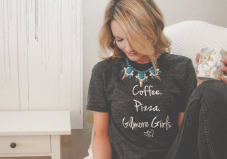 'Coffee, pizza and Gilmore Girls' ... because what would we want more, right? ;-) (24,10 euros, SeriouslyHappyTees on Etsy)
