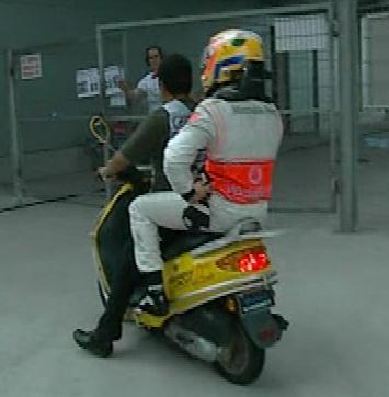 Hamilton se marcha en moto delcircuito