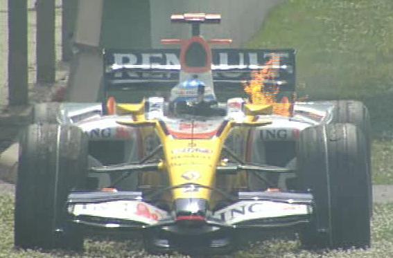 El Renault de Fernando a un lado de la pista con fuego en el motor