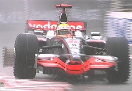 Hamilton se estrella contra una valla y rompe un neumático