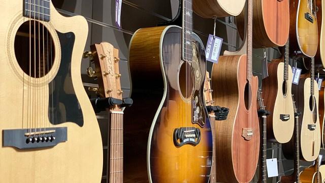 楽器屋につるされたギターの画像
