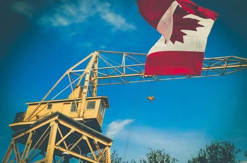Kanada Flagge am Kran
