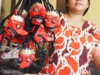 SOUVENIR: Topeng souvenir Rajamala yang ukurannya lebih kecil. Jenis topeng ini banyak dipesan oleh pengelola tempat wisata dengan harga Rp 10 ribu per topeng.(Ganug Nugroho Adi