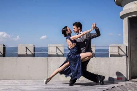 Das Tango-Pärchen auf dem Dach vom Sälischlössli - Bildquelle Miriam Ritler