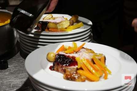 Ganzes Luzerner Schweinskarree auf dem Grill gegart dazu Eschalottenmarmelade und Olivenöl von Tonin aus Vodnjan Kroatien Neue Bratkartoffeln mit Rosmarin, Karotten und gebratene Zucchiniblüte
