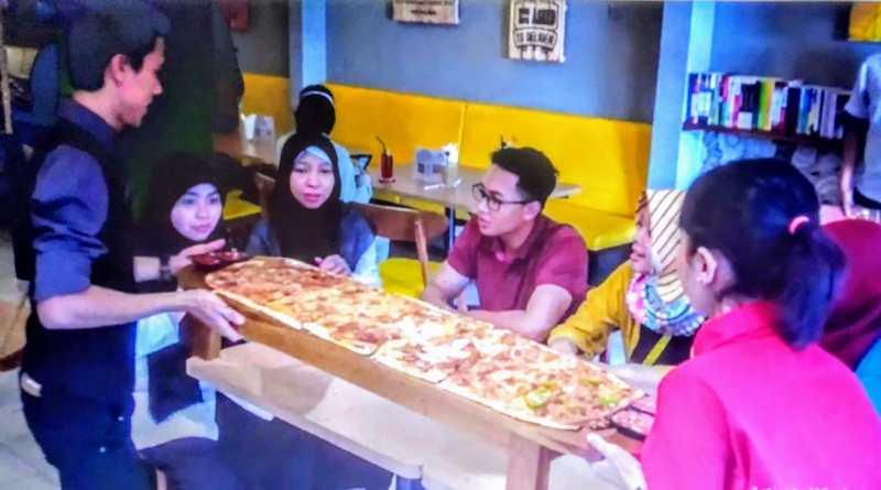 Kelezatan Pizza Toki-Toki, Pizza 4 Rasa Ukuran Raksasa