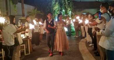"The Sunan Hotel Solo menyiapkan Paket Pernikahan di garden tepi kolam renang nan cantik. Paket ini bertajuk, ""Poolside Wedding Package"". Kamis (10/9/2020)."