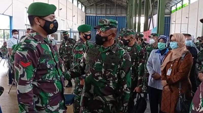 Kepala Staf Umum TNI Letjen Ganip Warsito Tinjau Vaksinasi Ribuan Prajurit