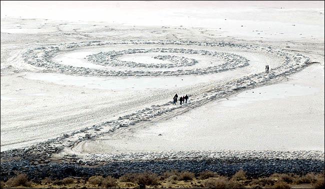 """""""Spiral Jetty"""" et la roche de basalte blanchie par le sel"""