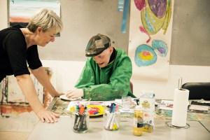 Erik bliver guidet af kunstterapeut Lotte