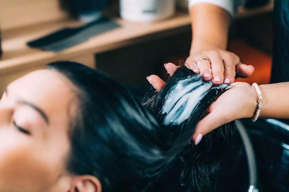 Un coiffeur qui gère son salon de coiffure avec soin