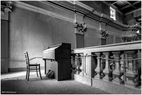 Music_Orchestra_Symphony_Piano_Empty_Closed_Nobody_Chair_Alone_Standstill_Columns_Archaic_Closed_Dusty_Old_Sounds_Listen_Audio_Black_White_Dull