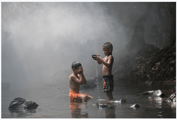 kids_children_play_young_youth_two_eyes_closed_river_water