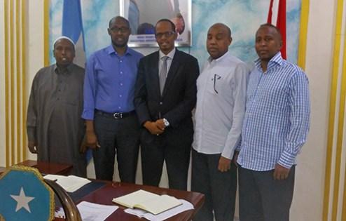 Mogadishun Pormestari keskimmäisenä.