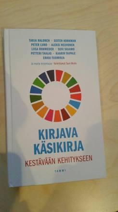 Kirjava käsikirja kestävään kehitykseen -kirja.