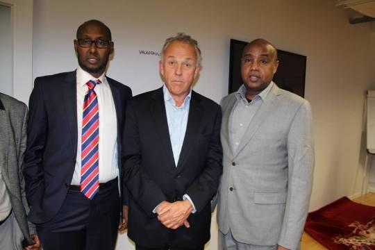 Vasemmalla liiton puheenjohtaja Arshe Said ja keskellä YK:n Somalian erityisedustaja Michael Keating.