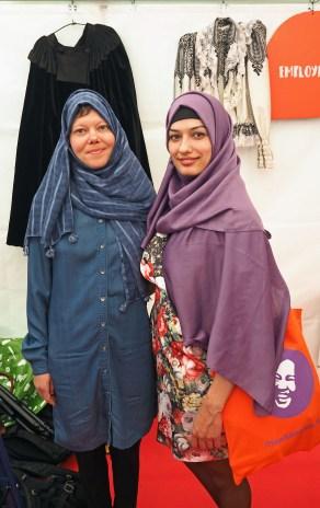 Teltalla oli mahdollisuus kokeilla myös hijab -huiveja.