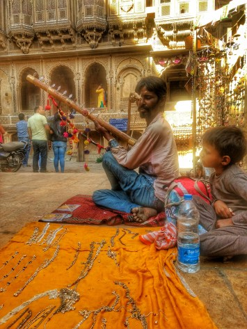 A Bopa musical playing Ravanhatta in Jaisalmer
