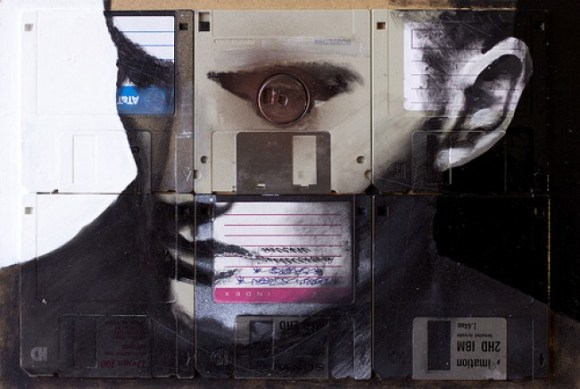 Pintura em disquete: olho do coincide com miolo de um dos disquetes