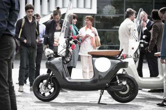 Be.e-frameless-biocomposite-electric-scooter-design-by-waarmakers-sideview