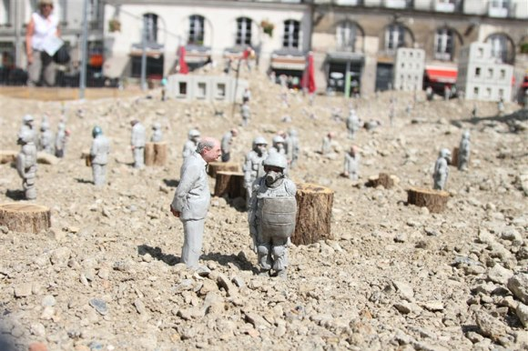 follow-the-leaders-by-isaac-cordal-7
