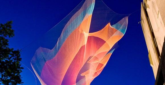 """Enormes redes suspensas no ar criam impressionantes """"nebulosas"""" coloridas"""