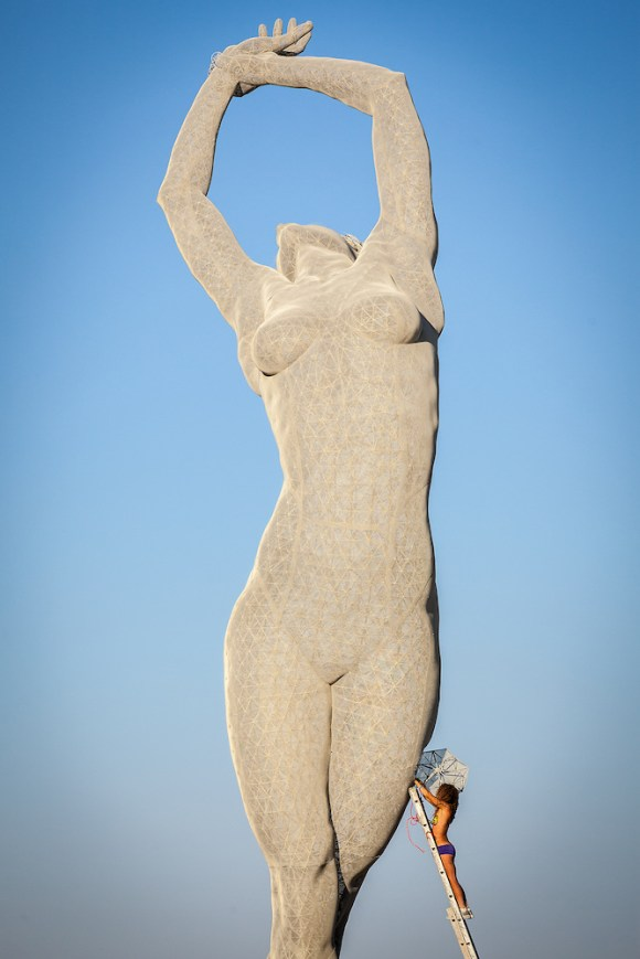 Escultura mulher de arame (2)