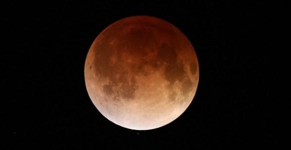 """O eclipse lunar – incluindo o fenômeno na """"lua de sangue"""" – foi gravado pela NASA, assista"""