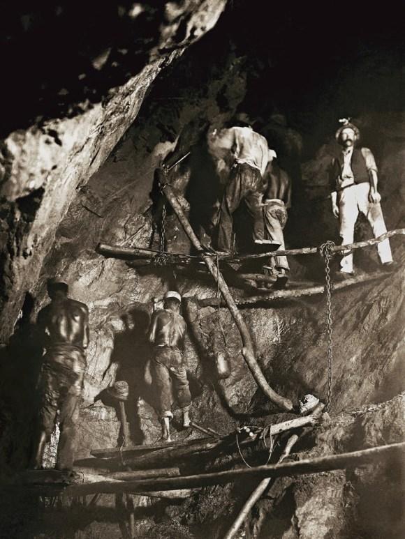 Primeira foto do trabalho no interior de uma mina de ouro, 1888, Minas Gerais. (Marc Ferrez_Acervo Instituto Moreira Salles)