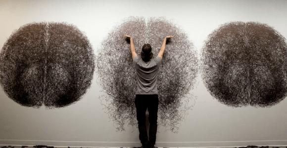 Artista usa o corpo como um espirógrafo e faz incríveis desenhos geométricos