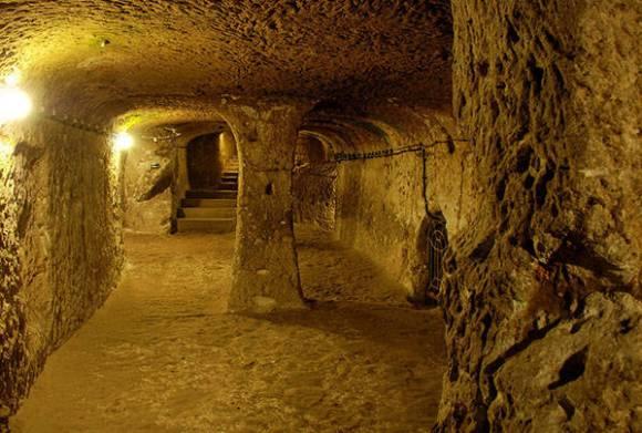 Um dos locais de estocagem presentes nas cavernas de Derinkuyu