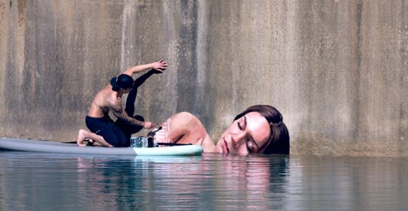 Ele uniu suas duas paixões, o surfe e a arte, para criar esses murais hiper-realistas em lugares abandonados