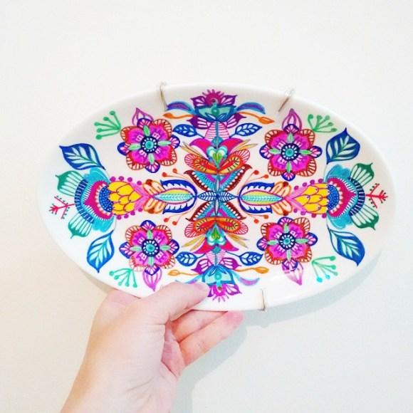 mandalas coloridas em pratos 1