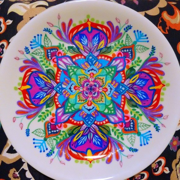 mandalas coloridas em pratos 17