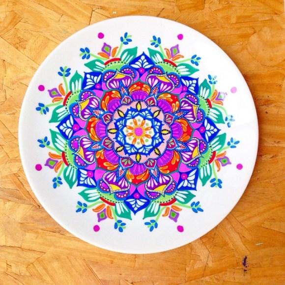 mandalas coloridas em pratos 18