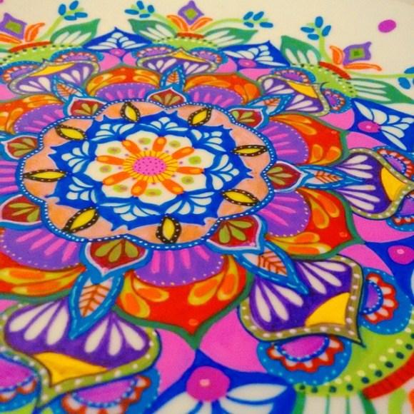 mandalas coloridas em pratos 21