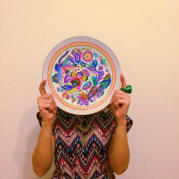 mandalas coloridas em pratos 22